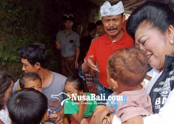 Nusabali.com - bupati-karangasem-dan-pakar-bantu-korban-longsor