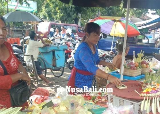 Nusabali.com - pedagang-tradisional-berbusana-adat-bali