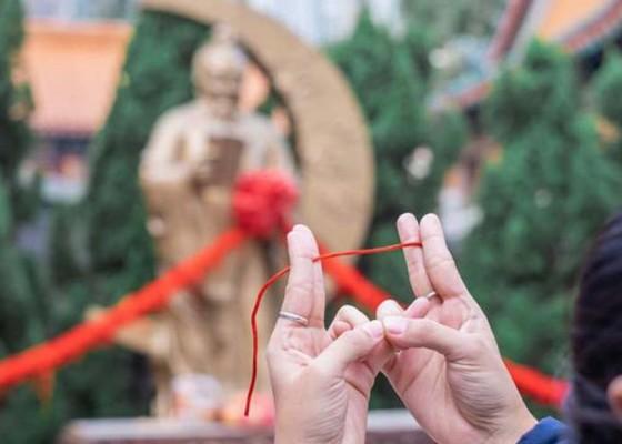 Nusabali.com - pencari-jodoh-padati-kuil-dewa-cinta