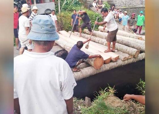 Nusabali.com - krama-banjar-abuan-buat-jembatan-darurat