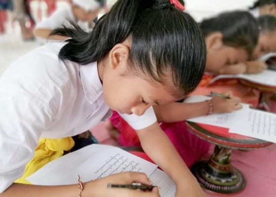 Nusabali.com - puluhan-siswa-ikuti-festival-nyurat-aksara-bali