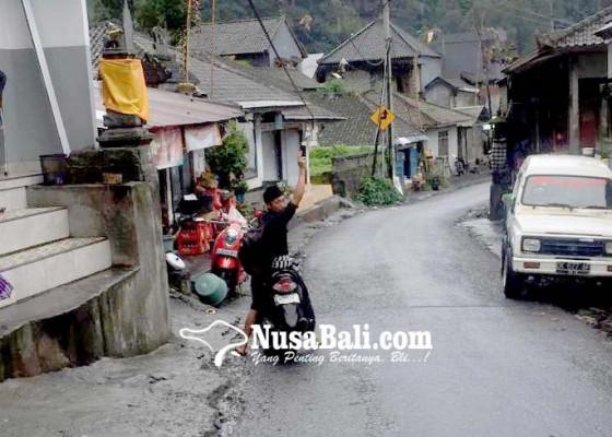 Nusabali.com - warga-keluhkan-kabel-melintang-di-jalan-tuwai