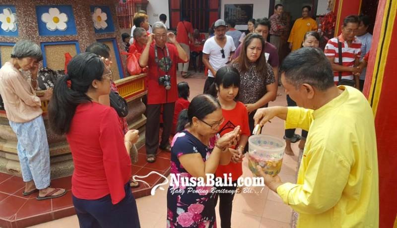 www.nusabali.com-puluhan-umat-tri-dharma-ikuti-upacara-tolak-bala