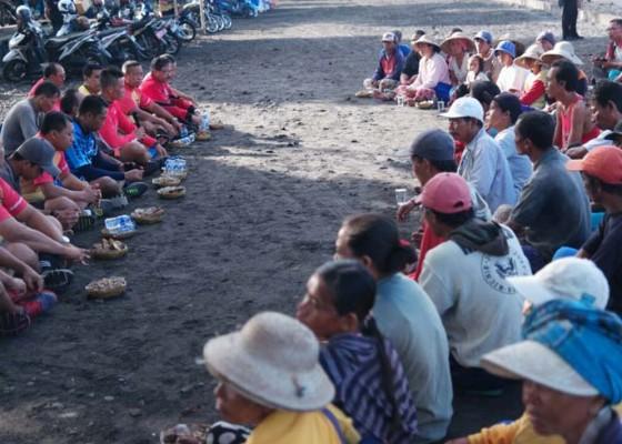 Nusabali.com - kapolres-sasar-petani-batu-kerikil-watu-klotok