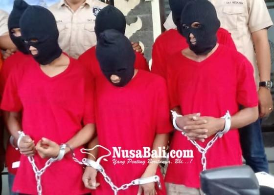 Nusabali.com - enam-pria-mabuk-nekat-rampas-motor-dan-kta-polisi