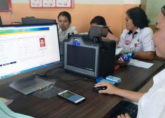 Nusabali.com - dukcapil-tabanan-pertama-di-indonesia-tuntas-cetak-data-ktp-elektronik