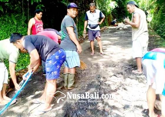 Nusabali.com - warga-swadaya-perbaiki-jalan-penglumbaran