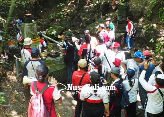 Nusabali.com - dua-sumber-air-dipisahkan-tebing-sering-dijadikan-tempat-semedi