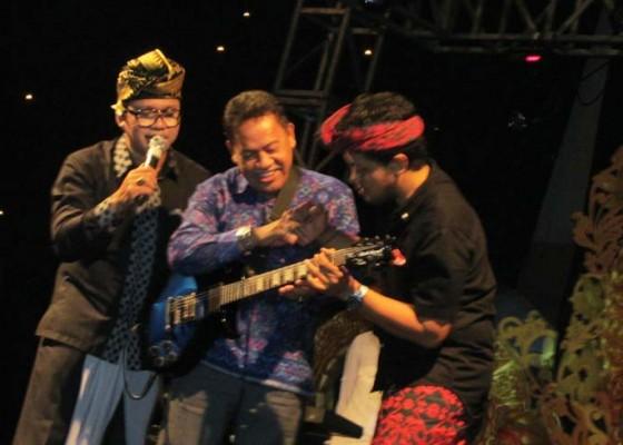Nusabali.com - balawan-lelang-gitar-nanoe-biroe-lelang-sepatu
