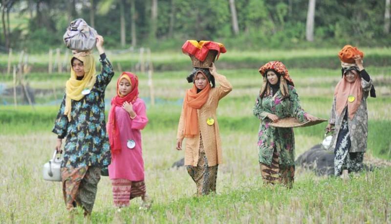 www.nusabali.com-fesyen-show-di-pematang-sawah