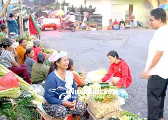 Nusabali.com - pedagang-di-pasar-selat-pulang-bawa-sampah