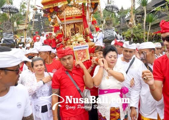 Nusabali.com - melasti-bupati-mas-sumatri-ikut-ngayah-mundut-pralingga