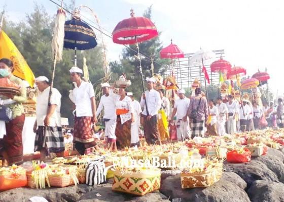 Nusabali.com - melasti-ribuan-pamedek-padati-pantai-di-denpasar