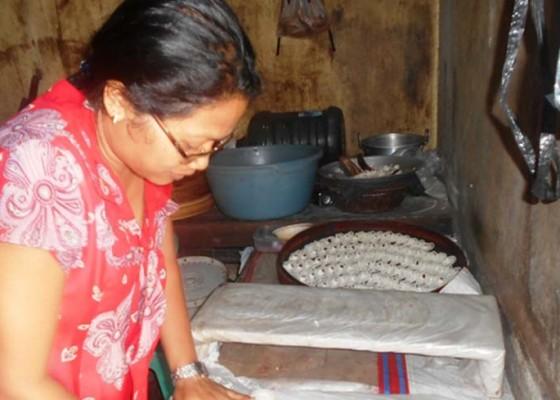 Nusabali.com - pembuat-kue-tradisional-dan-pedagang-es-atur-siasat