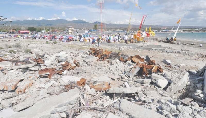 www.nusabali.com-melasti-di-bekas-lokasi-tsunami-palu