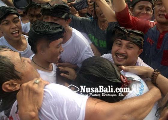 Nusabali.com - tradisi-omed-omedan-beberapa-kali-berubah-pakem