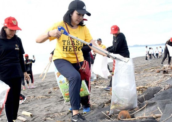 Nusabali.com - berbagai-komunitas-aksi-nuduk-sampah-plastik-di-pantai-biaung
