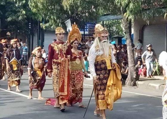 Nusabali.com - pertama-kali-diikuti-komunitas-pecinta-alam-yang-berhias-patih-dan-bondres