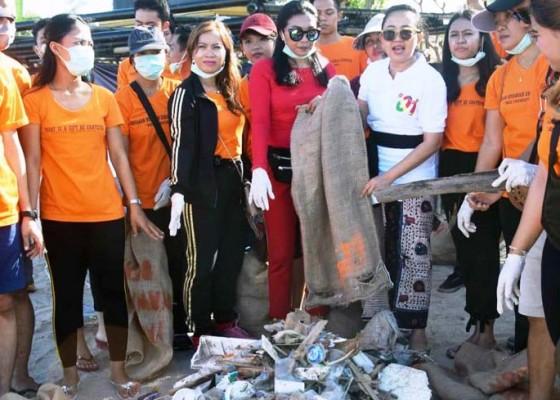 Nusabali.com - semeton-jokowi-aksi-bersih-sampah-di-pantai-legian
