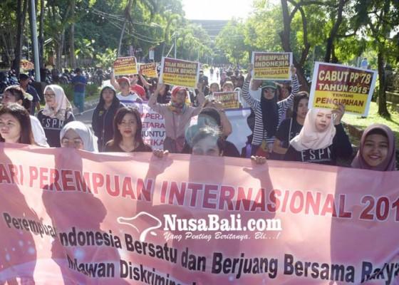 Nusabali.com - pekerja-perempuan-seringkali-dapat-diskriminasi-upah-murah