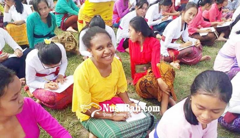 www.nusabali.com-3-siswa-papua-nyurat-aksara-bali