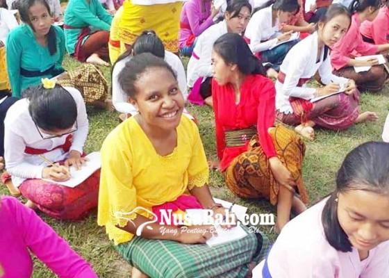Nusabali.com - 3-siswa-papua-nyurat-aksara-bali