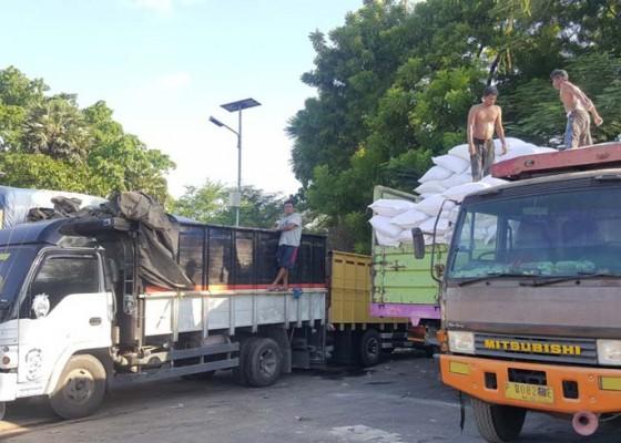 Nusabali.com - akali-tonase-sopir-truk-sekadar-lansir-barang-di-jt-cekik