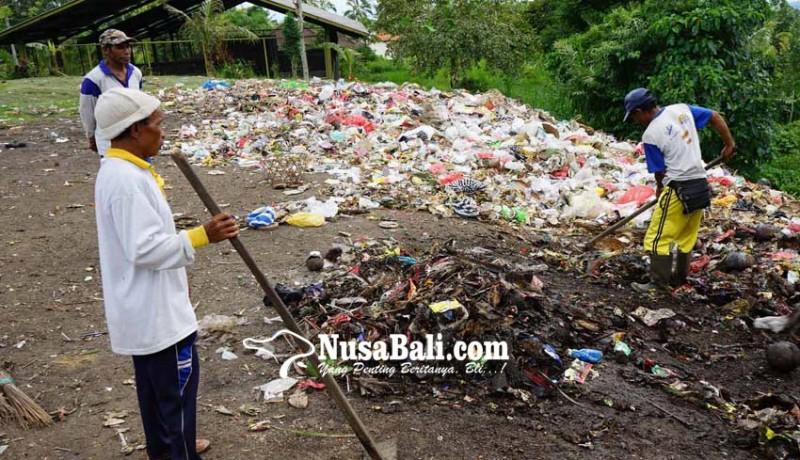 www.nusabali.com-sampah-pura-besakih-dibuang-ke-sungai