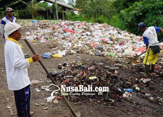 Nusabali.com - sampah-pura-besakih-dibuang-ke-sungai