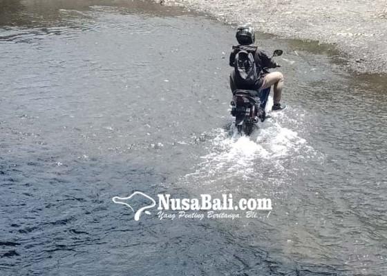 Nusabali.com - kendaraan-nekat-seberangi-sungai