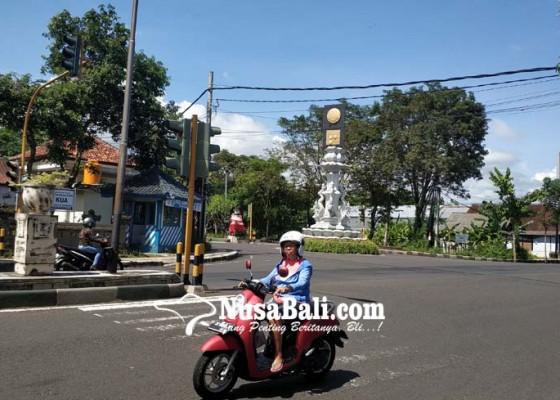 Nusabali.com - traffic-light-di-perempatan-adipura-belum-nyala