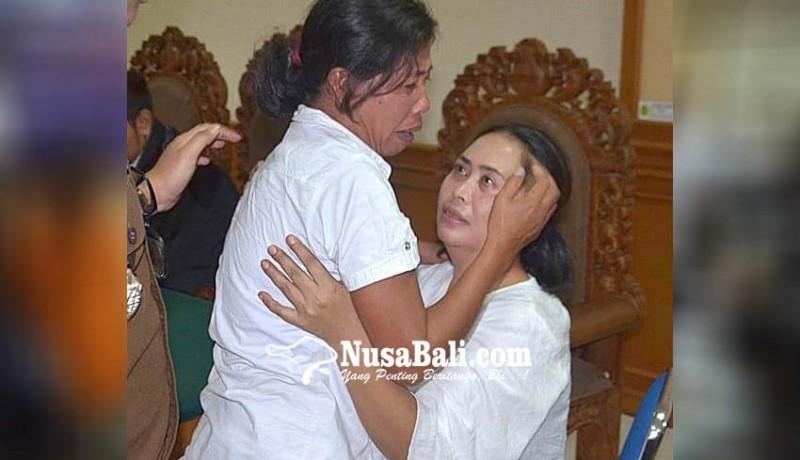 www.nusabali.com-divonis-bersalah-dua-ibu-rumah-tangga-nangis-berpelukan