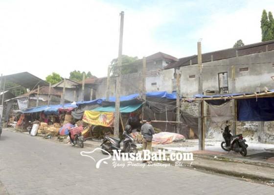 Nusabali.com - pedagang-berjualan-di-bekas-kebakaran