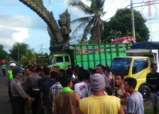Nusabali.com - sopir-truk-vs-polisi-bersitegang