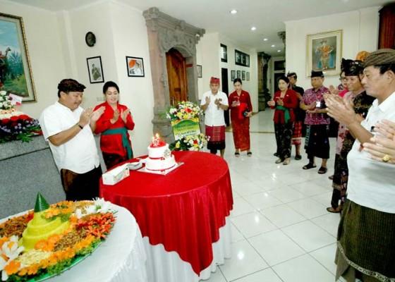 Nusabali.com - ulang-tahun-bupati-artha-minta-kado-pengentasan-kemiskinan