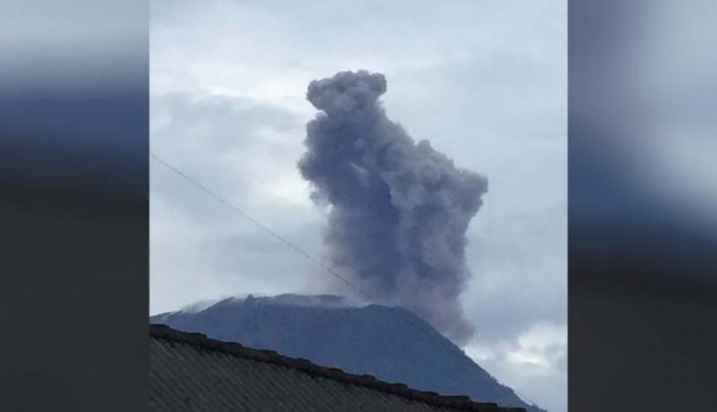 www.nusabali.com-gunung-agung-erupsi-tinggi-hembusan-abu-1-km