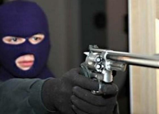 Nusabali.com - todongkan-pistol-perampok-gasak-circle-k