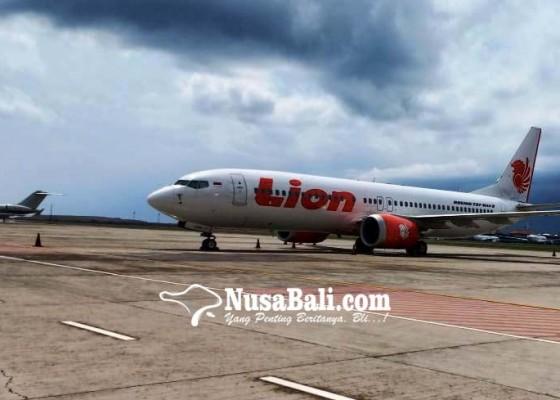Nusabali.com - dilarang-beroperasi-dua-pesawat-lion-air-parkir-di-bandara-ngurah-rai