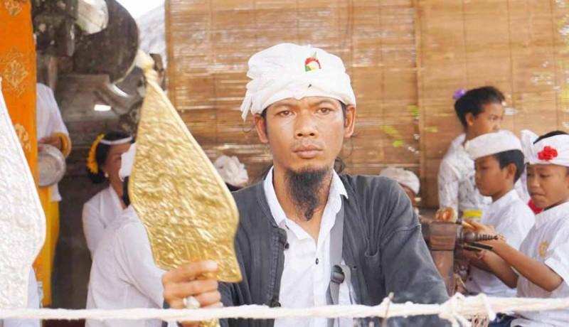 www.nusabali.com-wayang-emas-memukau-krama-di-desa-duda