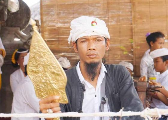 Nusabali.com - wayang-emas-memukau-krama-di-desa-duda