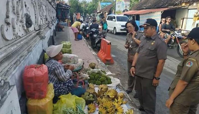 www.nusabali.com-pedagang-di-pasar-toya-pakeh-meluber-jualan-di-pinggir-jalan-dan-atas-trotoar