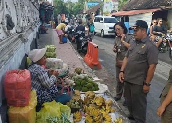 Nusabali.com - pedagang-di-pasar-toya-pakeh-meluber-jualan-di-pinggir-jalan-dan-atas-trotoar