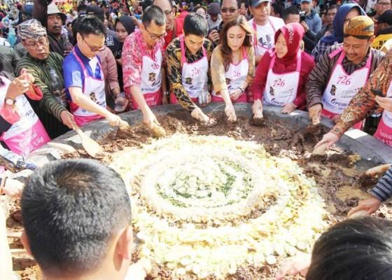 Nusabali.com - festival-rujak-ulek-raih-2-rekor-muri