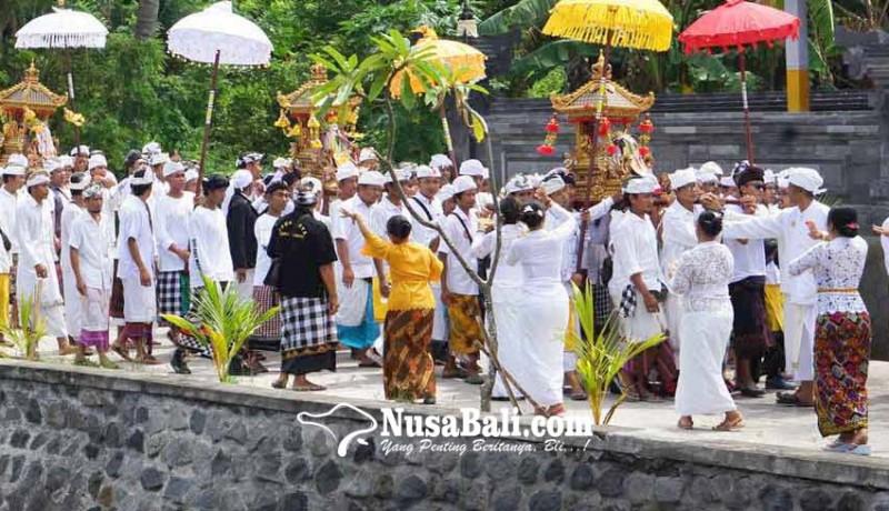 www.nusabali.com-puluhan-ribu-pamedek-ngiring-melasti-ke-pantai-ujung-pesisi