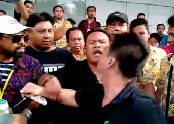 Nusabali.com - dikeroyok-sopir-online-lapor-polisi