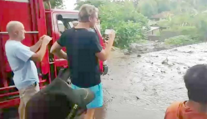 www.nusabali.com-pengendara-motor-terjebak-banjir