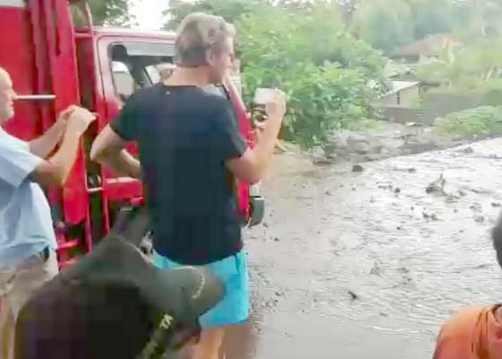 Nusabali.com - pengendara-motor-terjebak-banjir
