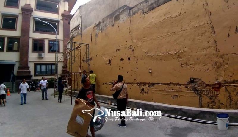 www.nusabali.com-hiasan-mural-akan-sambut-jokowi-di-pasar-badung