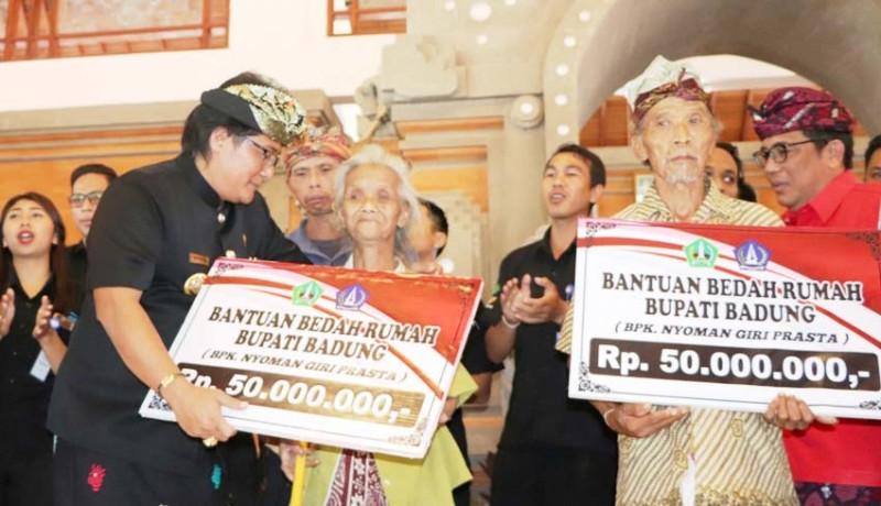 www.nusabali.com-bupati-giri-prasta-serahkan-bkk-300-bedah-rumah-di-tabanan