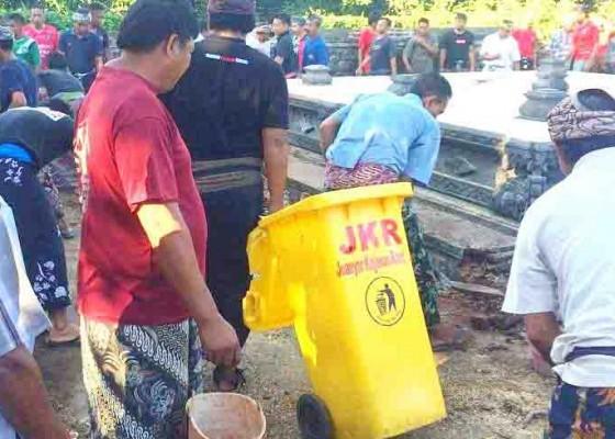 Nusabali.com - jkr-bersihkan-pohon-keramat-pura-dalem-joanyar